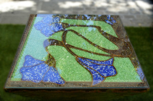 Detalle frontal Mesa construida con cristales molidos azul y verde