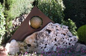 Fuente bola del mundo: Elemento decorativo diseñado para la piedra que lleva en el centro una bola de granito y se baña con el agua